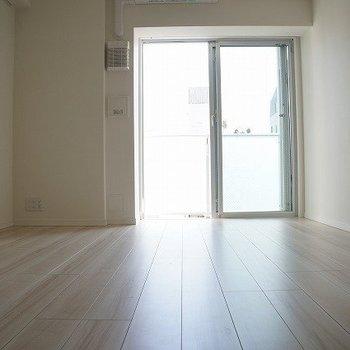 穏やかな色合いのフローリング。落ち着きます。※写真は10階の反転間取り別部屋のものです