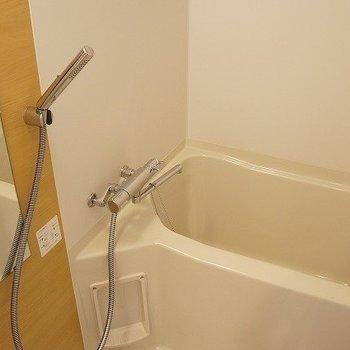 シャワーヘッドもスタイリッシュ!※写真は10階の反転間取り別部屋のものです