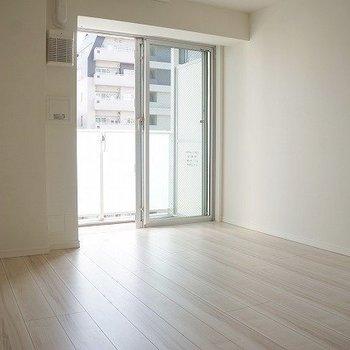 窓から柔らかい日が差しこむ。落ち着くー※写真は10階の反転間取り別部屋のものです