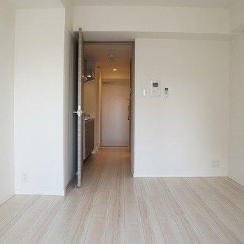 ベランダから見た室内※写真は10階の反転間取り別部屋のものです