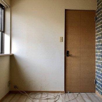 クローゼットのある洋室には出窓があります(※写真は清掃前のものです)