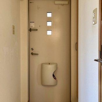 小窓3つがカワイイ玄関(※写真は清掃前のものです)