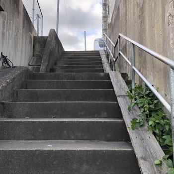 階段を登れば駅から徒歩約5分で着きます!(抜け道)