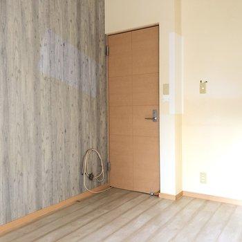 ロフト付きの洋室はグレーのアクセントクロス。(※写真は清掃前のものです)