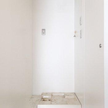 洗面所の前に洗濯機置場があって、便利です。※写真はクリーニング前のものです