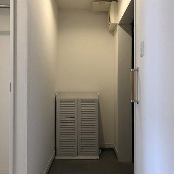 玄関までも白い空間!(※写真は清掃前のものです)