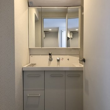 3面鏡の独立洗面台!鏡の裏は収納になっています♪(※写真は清掃前のものです)