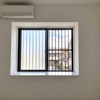 洋室には出窓が!出窓の前は人が座れる幅があります(※写真は清掃前のものです)