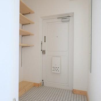 玄関すっごく広いです!横には造作棚が。可動式ですよ!※写真は1階の似た間取り、別部屋の写真です