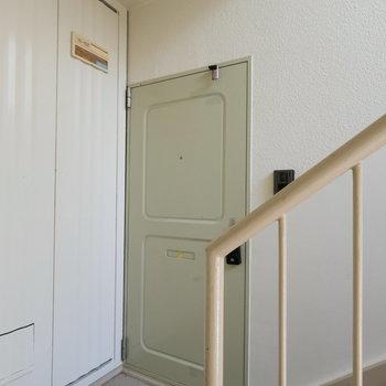 玄関前!綺麗です。いい色合いの扉。※写真は前回募集時のものです