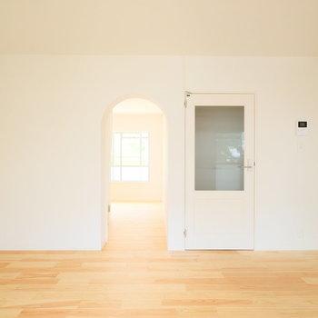 このアーチ口がたまりません!※写真は1階の似た間取り、別部屋の写真です