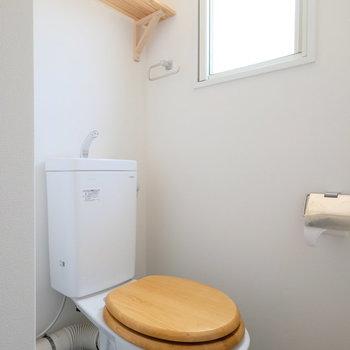 トイレも木便座で統一感を◎※写真は1階の似た間取り、別部屋の写真です