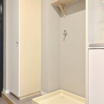 玄関横に洗濯機置場です。こちらも天井に木製の棚を付けました!