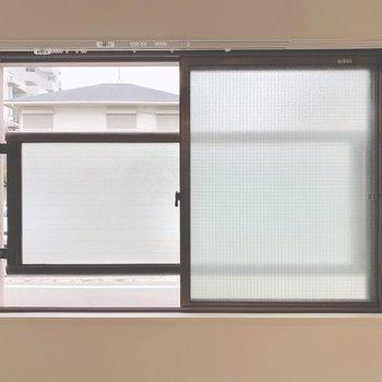 サイドの窓の向こうにはすりガラス。道路に面しているけど、通行人と目が合いません。