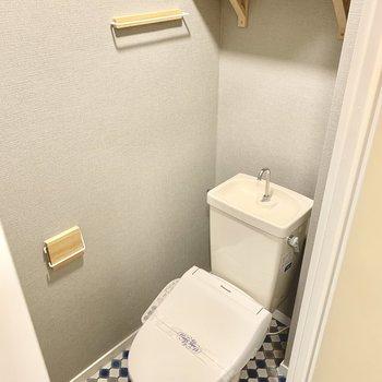 トイレはウォシュレット付きのものに交換。棚やペーパーホルダー、タオル掛けも木製で統一!