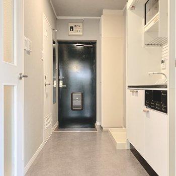 キッチンの向かいがお風呂なので、廊下は脱衣所も兼ねるのです。