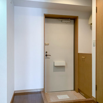 玄関横のスペースが冷蔵庫置き場かな。