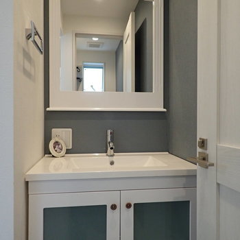 【1F】こちらはトイレ正面の手洗い場、ブルーがアクセントになっています。