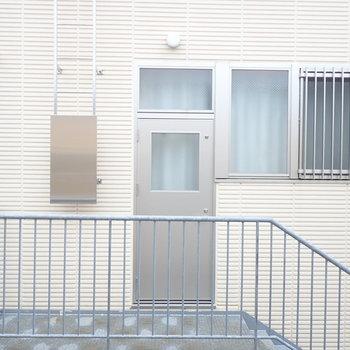 【洋室:西】児童館がすぐ裏にあるようです。