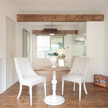 【LDK】梁がお部屋の雰囲気をグッっと引き立てています。※家具はサンプルです