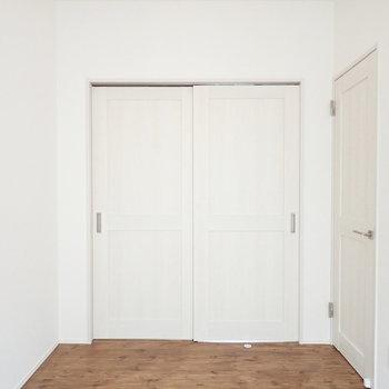 【洋室:西】白の中でパインの無垢材が映えますね。