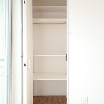 【洋室:東】収納は可変式の棚があるものと、、、