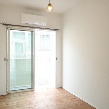 【洋室:西】お隣のお部屋も大きな窓があります。