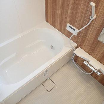 【2F】お風呂は木目のアクセントパネルが、ゆっくりくつろいでください。