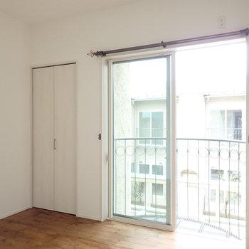【洋室:東】大きな窓がしっかりと採光します。