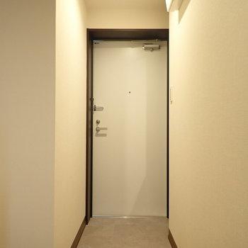玄関は色と段差でしっかりセパレート。