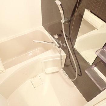 浴室にはブラウンのアクセントパネルで大人な雰囲気。