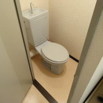 こちらも水色のキレイなトイレ。