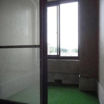 こちらのバルコニー窓付室内なんです。雨の日はここに洗濯物干したり、傘置いたり。なかなか便利そう!