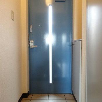 鮮やかブルーの玄関。土間も広々◎