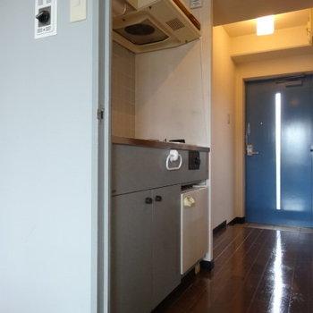 キッチンはアイスブルー。爽やかでキレイな色。