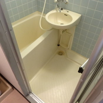 バスルームの水色タイルもかわいい♡