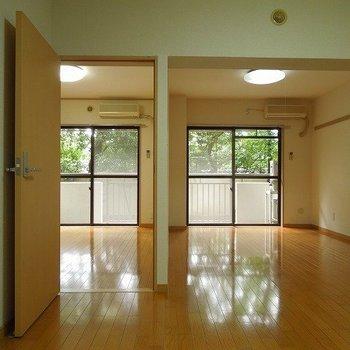 キッチンからリビングと寝室を見るとこんな感じ※写真は1階の同間取り別部屋のものです
