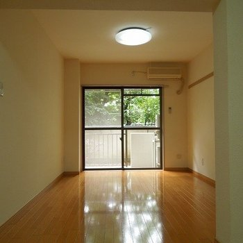 【LDK】緑の感じられるお部屋です※写真は1階の同間取り別部屋のものです
