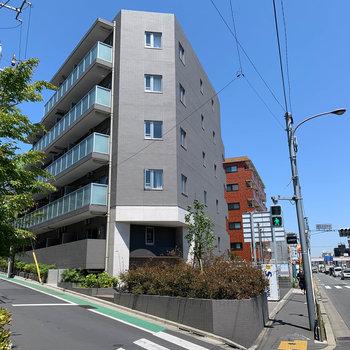 大通り沿いのクールなマンションです。