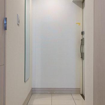 玄関は広めです。ちゃんと全身鏡がついてるのが嬉しい。