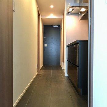 居室から玄関までフルフラットです。※写真は7階の同間取り別部屋のものです