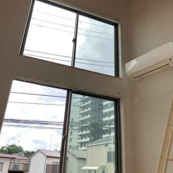 上の窓はロールカーテンで隠せます。全体的に採光面の多いお部屋でした。