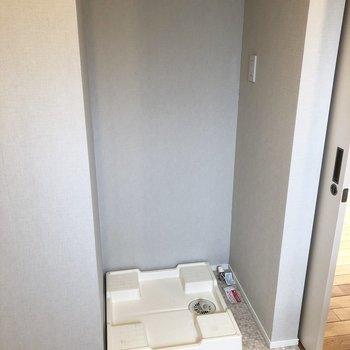 トイレの向かい側に洗濯機置き場。洗濯物をポイしてお風呂にはいれます。