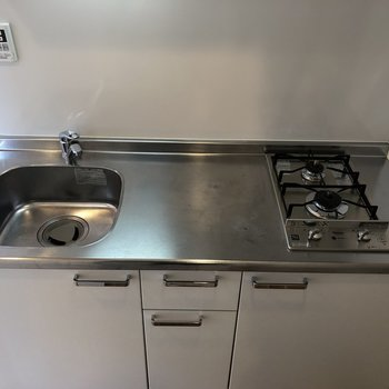 キッチンは2口で、調理スペースも確保できる広さです。