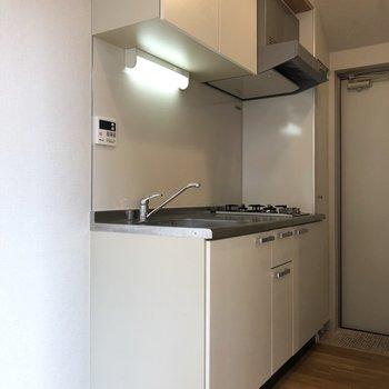 キッチンの左に冷蔵庫が置けます。