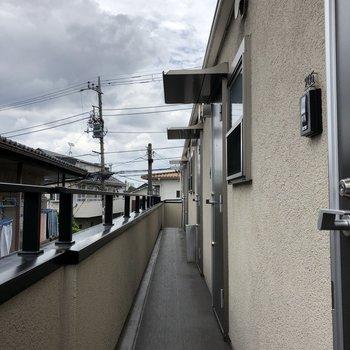 ドアの前には屋根がついているので、傘を広げる余裕はあります。