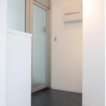 玄関はフラットなタイプ。