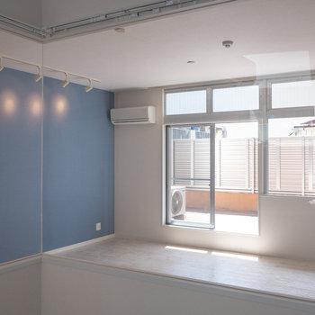 洋室側に室内窓がついています。