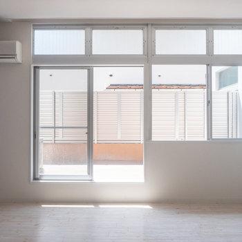 では、室内へ。 大きな窓!