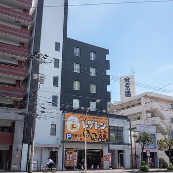 大通り沿いに建つビルの、ひと部屋です。